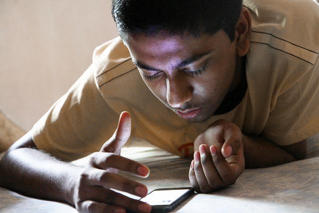 teen-smartphone-640px